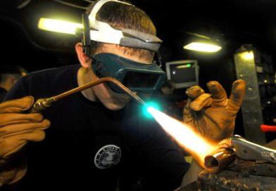 Rien de mieux pour assembler deux tubes de cuivre que la soudure au moyen d'une lampe à souder